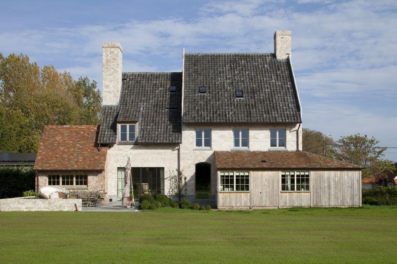 Aanbouw Keuken Landelijk : Realisatie van hoofdbouw met blauwe, boomse pannen